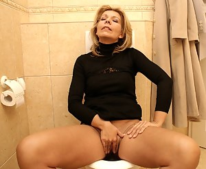 Free Mature Toilet Porn Pictures